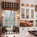 Полосатый текстиль в кухне загородного дома