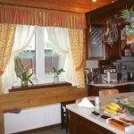 Короткие занавески в деревянном доме
