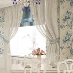 Белые занавески и полосатая римская штора