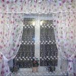 Занавески в цветочек на окне кухни