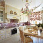Массивная люстра на потолке кухни