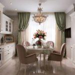 Классическая кухня с мягкими стульями