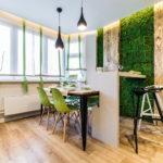 Зеленые стулья в кухне эко стиля