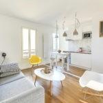 Дизайн кухни-гостиной в белом цвете