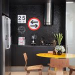 Стулья из фанеры в интерьере кухни с черными стенами