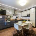 Интерьер угловой кухни с выделенной обеденной зоной