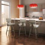 Дизайн кухни с красными светильниками