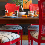 Красные стулья с мягкими сидениями