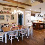 Белые стулья в кухне-гостиной