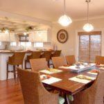 Мебель из натуральных материалов в кухне частного дома
