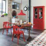 Красный шкаф в интерьере кухни