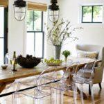 Прозрачные стулья из пластика в кухне