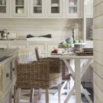 Деревянный стул на керамическом полу