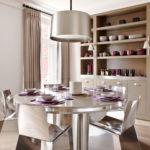 Металлическая мебель с блестящей поверхностью