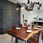 Деревянный стол на кухне в стиле модерна