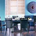 Голубые стены в кухне загородного дома