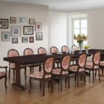 Большой обеденный стол в просторной кухне