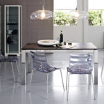 Пластиковые стулья на керамическом полу