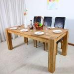 Белые тарелки на деревянной столешнице