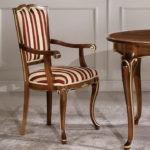 Классический стул с полосатой обивкой