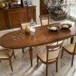 Большой стол коричневой расцветки