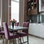 Фиолетовые стулья в дизайне кухни