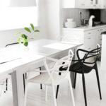 Черно-белая мебель в кухне со светлыми стенами