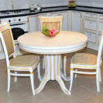 Круглый стол белого цвета