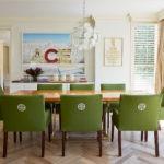 Зеленые стулья с тканевой обивкой