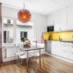 Желтый фартук в белоснежной кухне