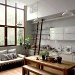 Кухня-гостиная с высоким потолком