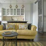 Прямой диван в центре кухни-гостиной