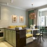 Интерьер кухни-гостиной с диваном у стены