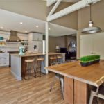 Столешница из дерева на кухонном столе