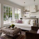 Белая кухня-гостиная с большими окнами