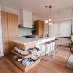Многофункциональный кухонный остров с полками для посуды