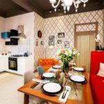 Кухонный диван с красной обивкой