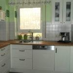 Простой ламбрекен на окне кухни в пятиэтажном доме