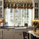 Ламбрекен без карниза на кухонном окне