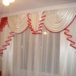 Красно-белые занавески на окне кухни