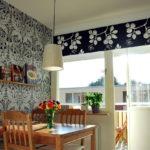 Серые обои на стене кухни с балконом