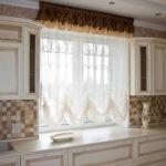 Короткие занавески в интерьере кухни