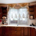 Кухонный гарнитур перед окном из ПВХ