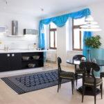 Синие занавески на окнах кухни-гостиной