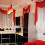 Красный ламбрекен на окне кухни
