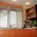Кухонное окно с легкой занавеской
