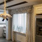 Прямые шторы на окне кухни в городской квартире