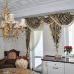 Люстра с позолотой на потолке кухни