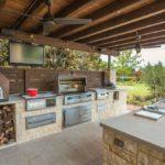 Рабочая зона летней кухни с барбекю