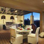 Мягкие стулья в зоне отдыха летней кухни